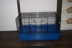 konijnen hok met blauwe onderbak
