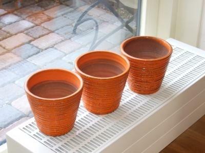 drie oranje plantenpotten