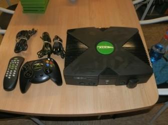 Xbox console met controller en afstandbediening