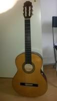 mooie gitaar met tas,  voetensteun en stemapparaat