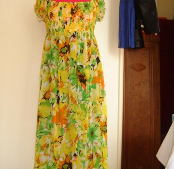 Gele jurk met bloemen