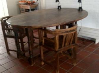 eettafel, type hangoortafel met twee stoelen