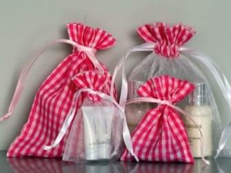 Stoffen zakjes met kleine ruitjes voor bedankjes