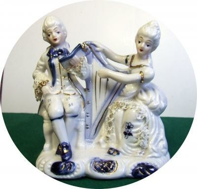 miniatuur harp van porselein met harpiste en zanger