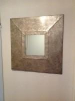 Spiegel in grote metalen lijst