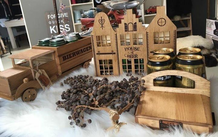 Nieuwe houten BIER JEEP met 4 blikjes bier oa Hertog Jan