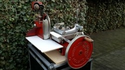 Gezocht ouderwetse gietijzeren snijmachine met handwiel