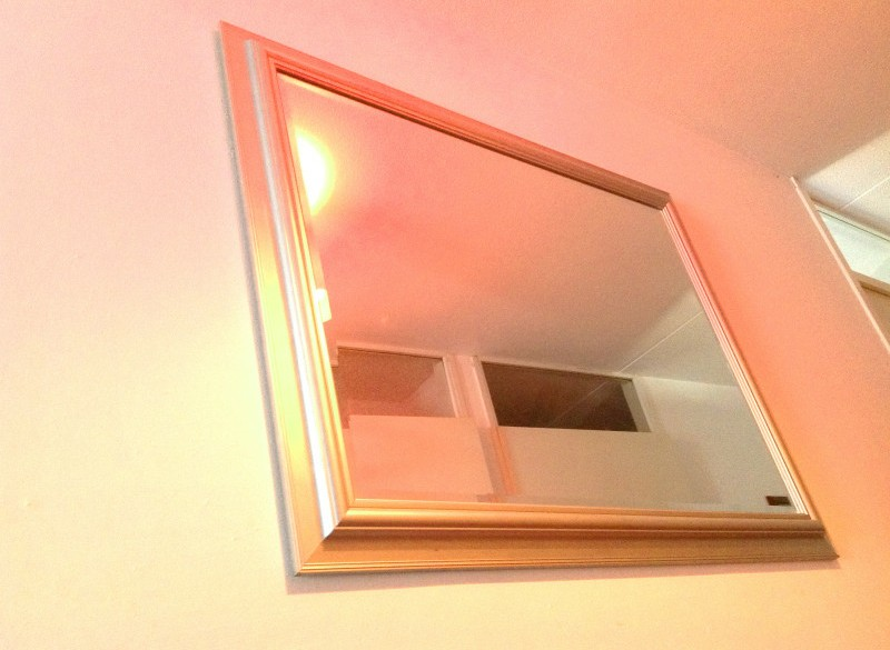 Zilverkleurige spiegel