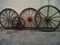 Te koop aangeboden 4 houten karrenwielen