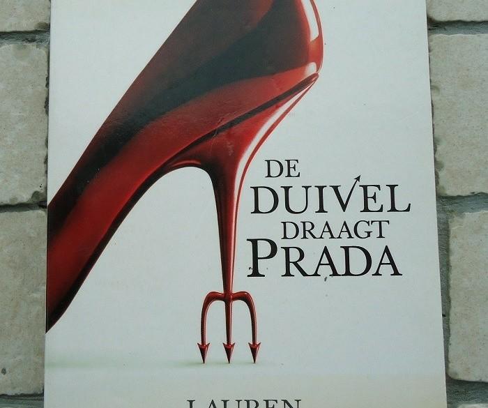 """Het boek """"De duivel draagt Prada"""" van Lauren Weisberger."""