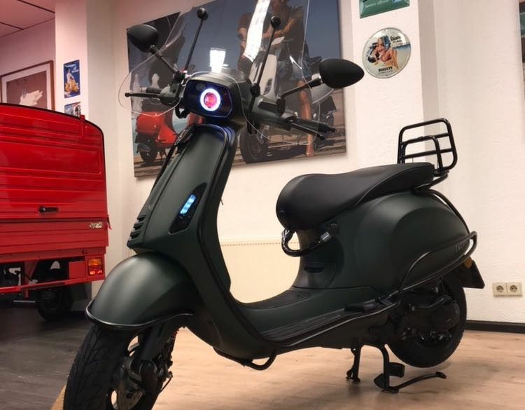 Vele Vespa's bij HVScooters