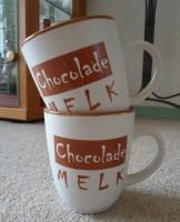2 nieuwe aardewerk bekers met opdruk Chocolade melk.
