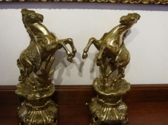 Twee geel koperen paarden.