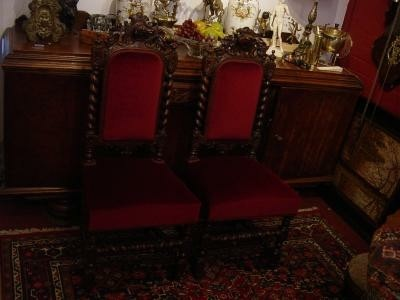 Twee antieke halstoelen met hondenkop.