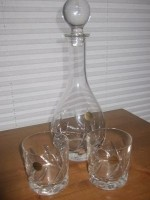 Mooi kristallen karaf met twee bijbehorende glazen