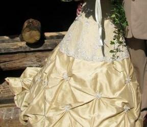 mooie goudkleurige trouwjurk