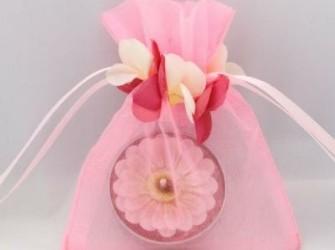 organza zakjes met een randje van rozenblaadjes