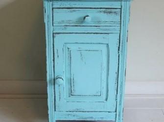 azuurblauw gepimpt nachtkastje