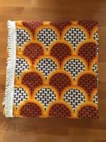 Vintage oranje bruin witte beddesprei in art deco motief