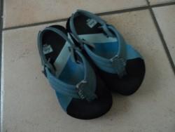 E 5 -> Slippertjes/sandaaltjes van REEF, maatje 23-24