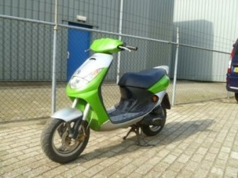HERFSTKRAKER:Peugeot vivacity snor scooter 2005