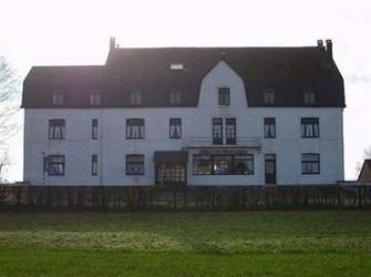 Belgi? - Haut-Fays - Indrukwekkend gebouw.