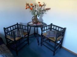 Tafel met 2 vierkante rotan stoeltjes