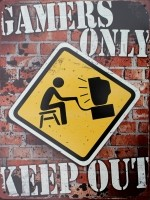 """Tekstbord:""""Gamers Only, Keep Out"""""""