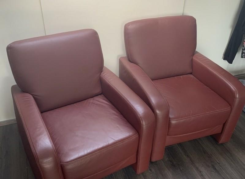 2 rode leren fauteuils z.g.a.n.