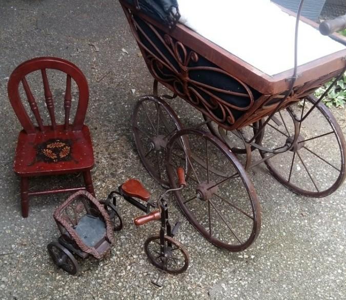 Antieke poppenwagen + poppenfietsje + poppenstoeltje
