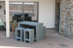Sta tafel en losse krukken in grijs kunststof 2020