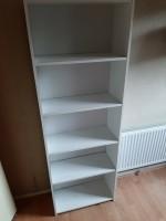 Mooie witte boekenkast