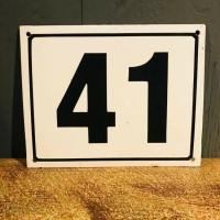 Emaille bord met nummer 41