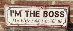 """Tekstbord:""""I'm the boss, My wife said I could be"""", Metaal"""
