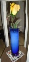 Te koop blauw glazen vaasje (van Bodum) met gele kunstroos.