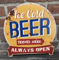 """Tekstbord: """"Ice cold beer served here, Always open"""""""