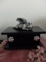 Franse Bull met vleugels op urn als set verkrijgbaar