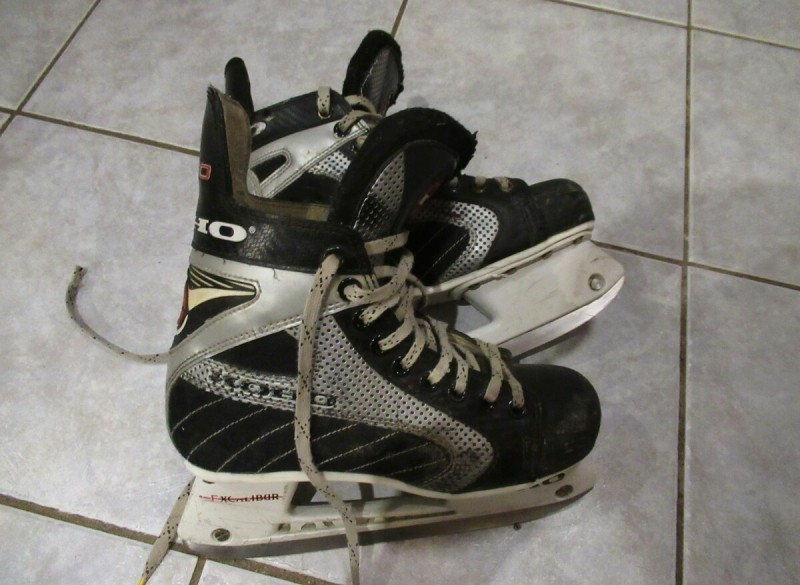 Te koop ijshockeyschaatsen.