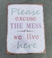"""Tekstbord: """"Please excuse the mess, we live here"""", Metaal"""