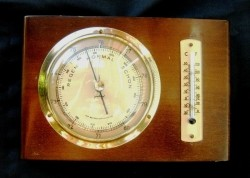 Baro-/thermometer,messing rand,hoogglans,hout,notenkl,zgst