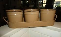 Te koop drie metalen kruidenpotjes in metalen rekje (bruin)…