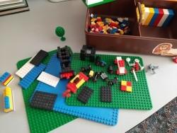 Diverse Legostenen met plateaus en voorbeeldboekjes