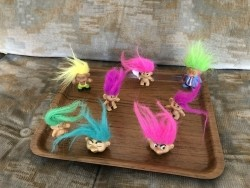 8 kleine kleurrijke trollen.