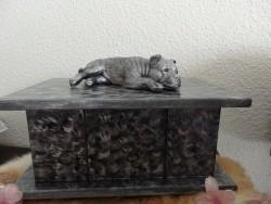 Stafford beeld liggend op urn of plateau in brons of zilver