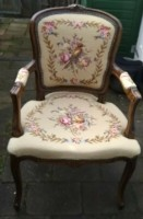 Een  mooi oude stoel met vogel en bloemen plaatjes