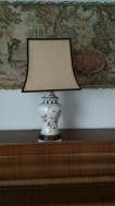 Een Tafel lamp met bloem en porselein