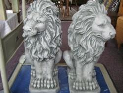 betonnen grote stel leeuwen