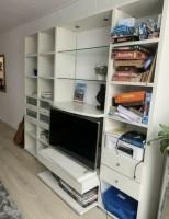 Mooie witte kast met tv ruimte en led verlichting