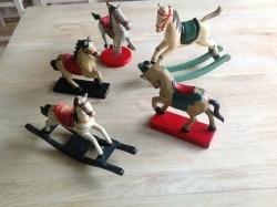 Vijf. houten paardjes