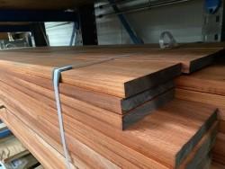 Padoek planken geschaafd vier zijde gekantrecht 25x190 mm.